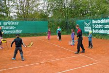 Radler schnuppern bei Tennis hinein
